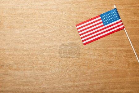Photo pour Vue supérieure du drapeau américain sur la table de lumière en bois avec l'espace de copie - image libre de droit