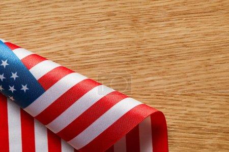 Photo pour Vue supérieure du drapeau américain tordu sur la surface en bois avec l'espace de copie - image libre de droit
