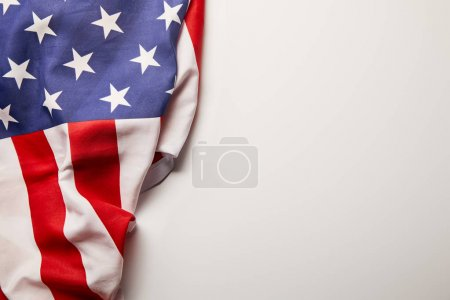 Ansicht der amerikanischen Flagge auf weißem Hintergrund mit Kopierraum