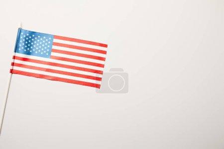 Photo pour Vue supérieure du drapeau américain sur le fond blanc de bâton avec l'espace de copie - image libre de droit