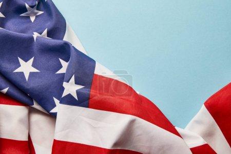 Photo pour Vue rapprochée du drapeau américain sur fond bleu avec espace de copie - image libre de droit