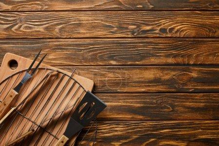 Foto de Top view of barbecue cooking utensils on wooden table - Imagen libre de derechos