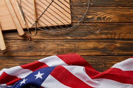 Foto de Top view of american flag and bbq equipment on wooden rustic table with copy space - Imagen libre de derechos