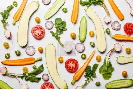 Foto de Vista superior de verduras sabrosas en rodajas frescas sobre fondo blanco - Imagen libre de derechos