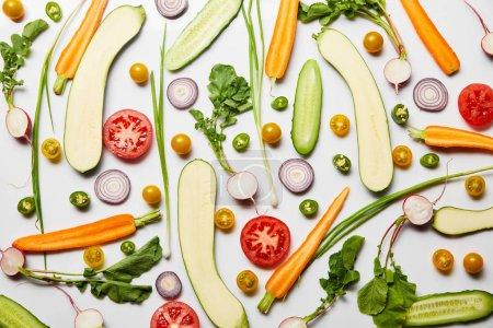 Photo pour Vue de dessus des légumes frais en tranches nutritifs sur le fond blanc - image libre de droit