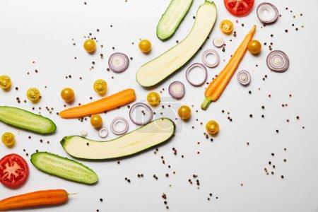 Photo pour Vue du dessus des légumes frais tranchés et des épices sur fond blanc avec espace de copie - image libre de droit