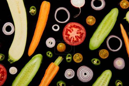 Photo pour Vue de dessus des légumes tranchés biologiques isolés sur noir - image libre de droit