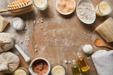 vista superior de ingredientes cosméticos naturales y suministros de belleza en la superficie marrón envejecida texturizada