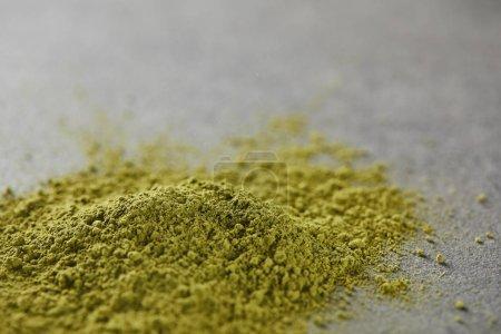 Photo pour Foyer sélectif de poudre de matcha vert sur table grise - image libre de droit