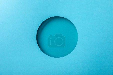 Photo pour Fond bleu de papier avec le trou rond minimaliste - image libre de droit