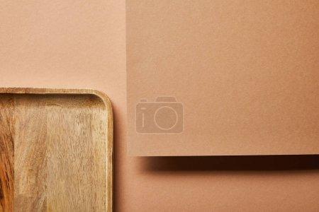 Photo pour Vue supérieure du plateau en bois et du contreplaqué sur le brun - image libre de droit