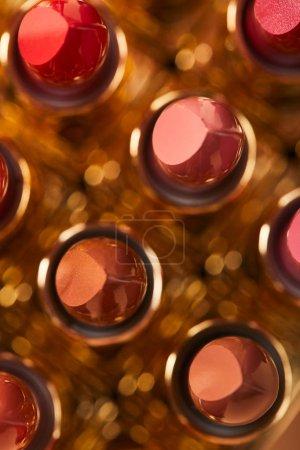 Photo pour Mise au point sélective de différentes nuances de rouge à lèvres dans les tubes - image libre de droit