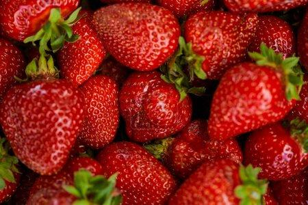 Foto de Top view of background with red fresh strawberries - Imagen libre de derechos