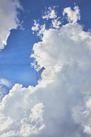 Foto de Fondo con cielo azul y nubes blancas - Imagen libre de derechos