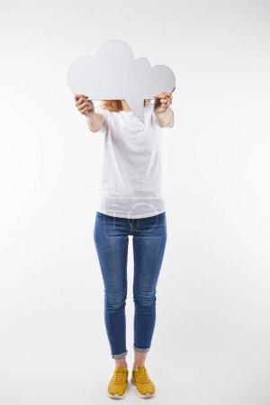 Foto de Vista recortada de la mujer con burbuja de pensamiento en las manos de pie aislado en blanco - Imagen libre de derechos