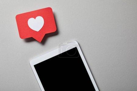 Photo pour Tablette numérique avec le papier comme le signe sur la surface blanche - image libre de droit