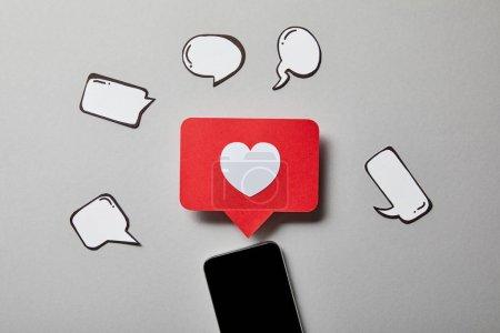 Photo pour Smartphone avec le papier comme le signe, la pensée et les bulles de parole sur la surface blanche - image libre de droit
