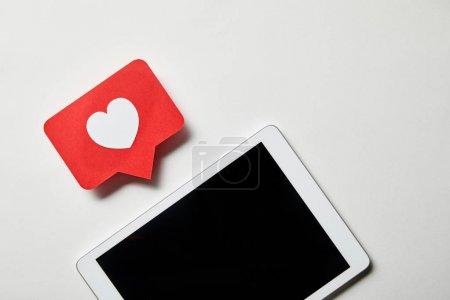 Photo pour Tablette numérique avec carte de signe similaire sur la surface blanche - image libre de droit