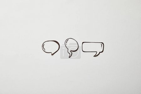Foto de Thought and speech bubbles on white surface - Imagen libre de derechos