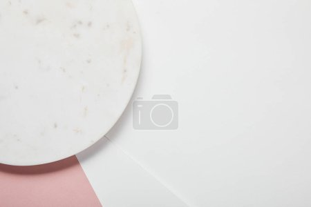 Foto de Top view of plate on white pink surface - Imagen libre de derechos