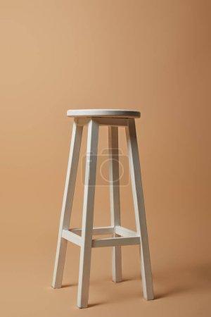 Photo pour Chaise haute blanche sur fond beige - image libre de droit