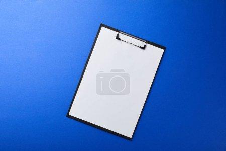 Ordner mit leerem Papier isoliert auf blau