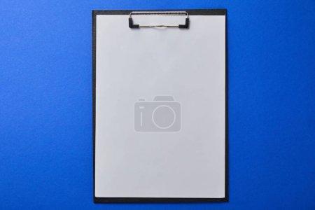 Photo pour Vue du haut du dossier avec du papier vierge isolé sur bleu - image libre de droit