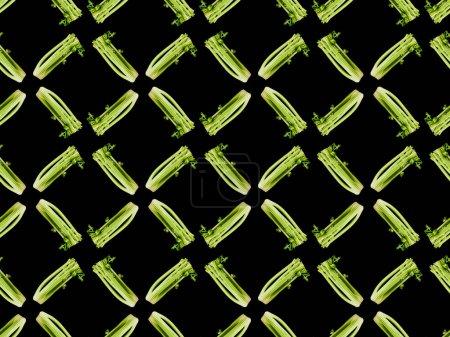 Foto de Puerro orgánico verde aislado en negro, patrón de fondo sin costuras - Imagen libre de derechos