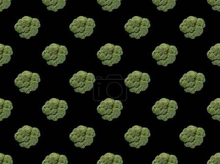 Foto de Coliflor entera orgánica verde aislada en negro, patrón de fondo sin costuras - Imagen libre de derechos