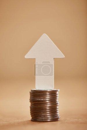Foto de Pila de monedas con flecha blanca hacia arriba, concepto de crecimiento financiero - Imagen libre de derechos