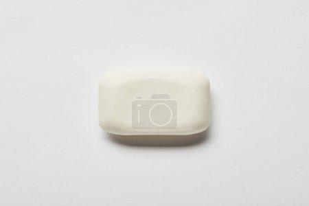 Photo pour Vue du dessus du savon blanc sur fond gris avec espace de copie - image libre de droit
