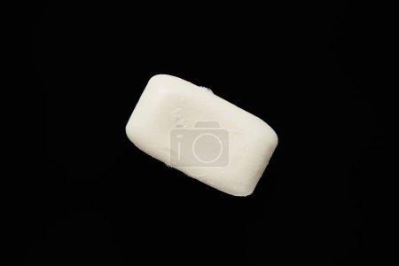 Photo pour Vue supérieure du savon blanc d'isolement sur le noir avec l'espace de copie - image libre de droit