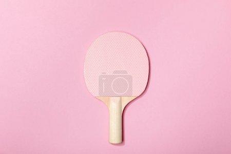 Photo pour Vue du dessus de raquette de tennis de table en bois rose sur fond rose - image libre de droit
