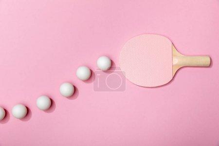 Photo pour Vue supérieure des boules de tennis de table et de la raquette rose sur le fond rose - image libre de droit