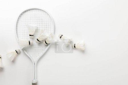Photo pour Vue de dessus de raquette de badminton blanc et des navettes sur fond blanc - image libre de droit