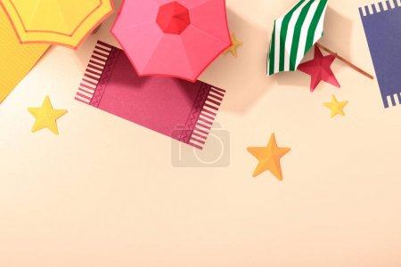 Photo pour Vue supérieure de la plage de papier avec des étoiles de mer, des serviettes, des parapluies sur le sable - image libre de droit