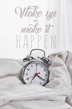 Foto de Reloj despertador de plata en manta en la cama blanca con despertar y hacer que suceda ilustración - Imagen libre de derechos