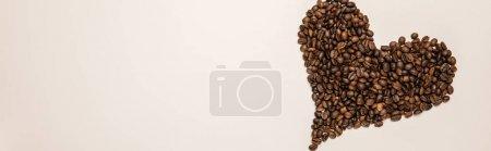 Photo pour Vue du haut du coeur en grains de café sur fond beige, panoramique - image libre de droit