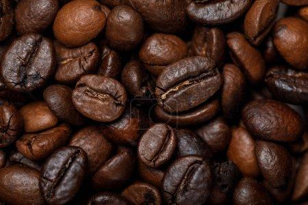 Photo pour Fermer la vue vers le haut de délicieux grains frais de café texturés - image libre de droit