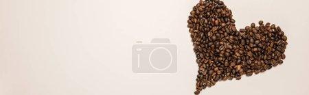 Photo pour Vue du haut du coeur faite de grains sur le fond beige, projectile panoramique - image libre de droit