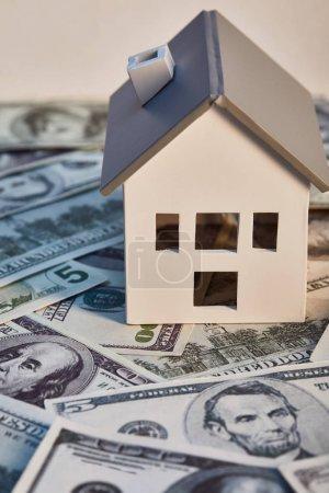 Photo pour Modèle de maison sur des billets de banque de dollar, concept d'immobiliers - image libre de droit