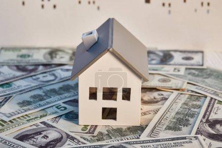 Photo pour Modèle de maison blanche sur les billets en dollars, concept immobilier - image libre de droit