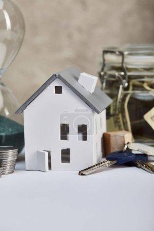 Photo pour Modèle de maison sur la table blanche avec des clefs, concept d'immobiliers - image libre de droit