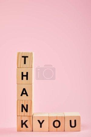 Photo pour Cubes en bois avec le lettrage de remerciement sur le fond rose avec l'espace de copie - image libre de droit