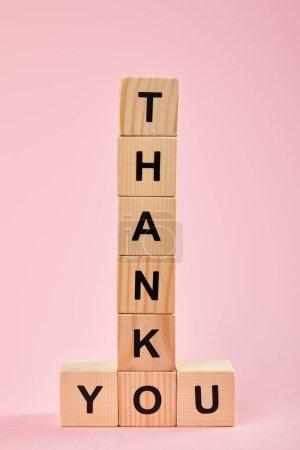 Photo pour Cubes en bois avec le lettrage de remerciement sur le fond rose - image libre de droit