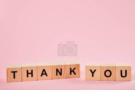 Photo pour Blocs en bois avec le lettrage de remerciement sur le fond rose avec l'espace de copie - image libre de droit