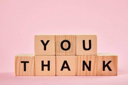 Photo pour Blocs en bois avec des mots de remerciement sur le fond rose avec l'espace de copie - image libre de droit