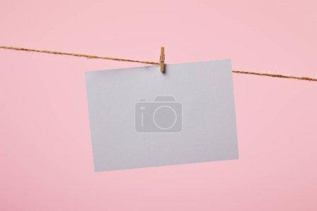 Photo pour Carte blanche vide accrochée à une corde isolée sur rose - image libre de droit
