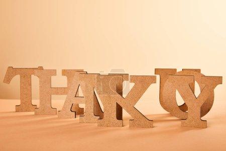 Photo pour Papier coupé merci lettrage sur la table isolée sur beige - image libre de droit