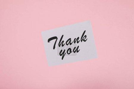 Photo pour Vue du haut de la carte blanche avec l'inscription de remerciement sur le fond rose - image libre de droit